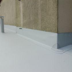 Detail postavení na zeď z PVC a komínek
