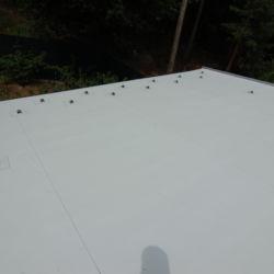 detail zachytávačů sněhu na PVC krytině
